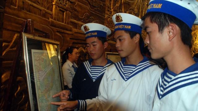 Chiến sĩ hải quân vùng 3 xem những tấm bản đồ thể hiện Hoàng Sa là của Việt Nam tại Bảo tàng Đà Nẵng ngày 29-4 - Ảnh: HỮU KHÁ