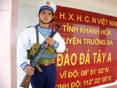 Chiến sĩ hải quân Việt Nam đứng gác tại đảo Đá Tây A, quần đảo Trường Sa. Ảnh: N.C.Khanh.