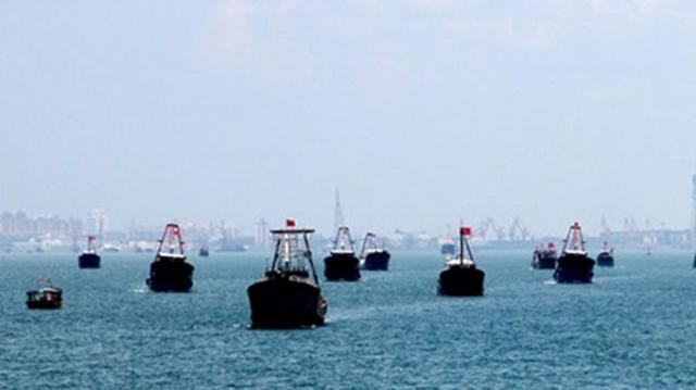 Đội tàu 32 chiếc dàn hàng ngang trong ngày khởi hành xuống phía tây nam Trường Sa - Ảnh: hinews.cn